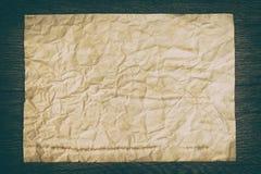 Vieille feuille de papier chiffonnée sur la surface en bois photographie stock