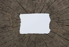 Vieille feuille de papier texturisée sur une table en bois foncée maquette horizontale Photos libres de droits
