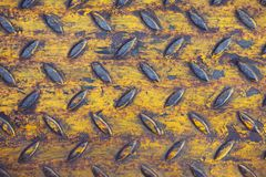 Vieille feuille en métal jaune avec l'espace foncé pour le texte, fond en acier grunge image libre de droits