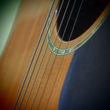 Vieille ficelle de guitare et trou sain Photo stock