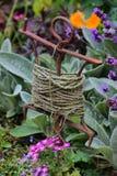 Vieille ficelle enroulée autour d'un enjeu en métal pour le jardinage Photographie stock libre de droits