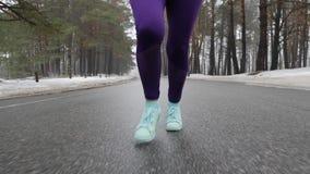 Vieille fille caucasienne sup?rieure courant en parc neigeux en hiver Les jambes se ferment d'avance pour suivre le tir Mouvement banque de vidéos