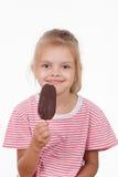 Vieille fille de cinq ans avec la crème glacée  Images stock