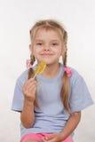 Vieille fille de cinq ans gaie avec une lucette Photographie stock