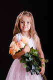Vieille fille de cinq ans heureuse avec un bouquet des fleurs Photo stock