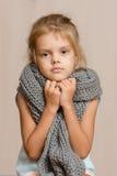 Vieille fille de cinq ans malade enveloppée dans une écharpe Images stock