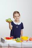 Vieille fille de cinq ans qu'un deuxième plat a faite cuire dans la cuisine Photo libre de droits