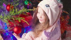 Vieille fille de cinq ans recevant son cadeau de Noël banque de vidéos