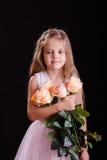 Vieille fille de cinq ans triste avec un bouquet des fleurs Photos stock