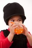 Vieille fille de deux ans adorable mignonne d'enfant en bas âge Images stock