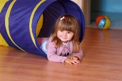 Vieille fille de deux ans jouant et apprenant dans l'école maternelle photographie stock libre de droits