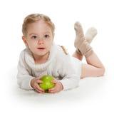 Vieille fille de trois ans avec la pomme verte Photos libres de droits