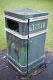 Vieille fin de bac à ordures vers le haut de tir Concept de déchets photos stock