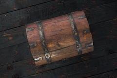 Vieille fin fermée de coffre sur la table en bois foncée Photographie stock
