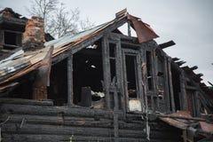 Vieille fin rurale en bois endommagée brûlée de maison  Photographie stock