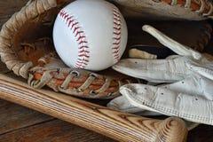 Vieille fin utilisée d'équipement de base-ball  images stock