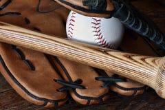 Vieille fin utilisée d'équipement de base-ball  photographie stock libre de droits