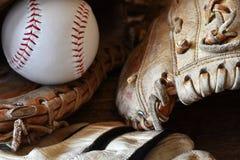 Vieille fin utilisée d'équipement de base-ball  photo libre de droits