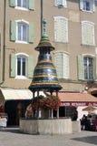 Vieille fontaine avec les tuiles colorées Images stock