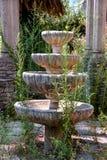 Vieille fontaine décorative en pierre dans le jardin abandonné Photo libre de droits