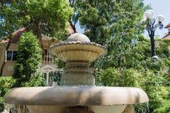 Vieille fontaine d'eau à l'arrière-plan du parc d'été Images libres de droits
