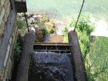 Vieille fontaine d'eau en bois trouvée dans Blagaj, Bosnie-Herzégovine photographie stock libre de droits