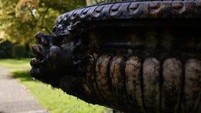 Vieille fontaine d'eau en pierre avec le visage Images stock