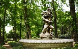 Vieille fontaine de jardin sur une traînée photographie stock libre de droits