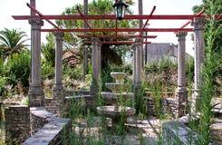 Vieille fontaine en pierre rustique dans le jardin Photographie stock