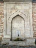 Vieille fontaine historique, faite en pierre photographie stock