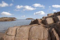 Vieille formation de roche naturelle sur une plage rocheuse Photographie stock