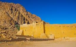 Vieille forteresse de brique dans le désert de la cathédrale de l'Egypte de St Catherine Images libres de droits