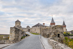 Vieille forteresse de Kamenetz-Podolsk près de ville de Kamianets-Podilskyi Photographie stock