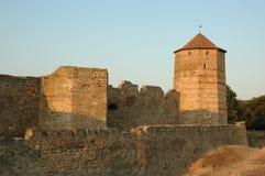 Vieille forteresse moldavienne sur le côté de fleuve au coucher du soleil Image libre de droits