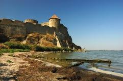 Vieille forteresse sur le côté de fleuve en Ukraine Photo stock