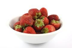 Vieille fraise putréfiée dans le coup blanc sur le fond blanc Image libre de droits