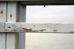 Vieille frontière de sécurité en bois blanche Image stock