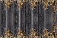 Vieille frontière de sécurité en bois Panneaux de vintage et herbe sèche Fond en bois Photographie stock