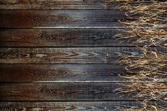 Vieille frontière de sécurité en bois Panneaux de vintage et herbe sèche Fond en bois Photographie stock libre de droits