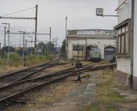 Vieille gare ferroviaire rouillée avec le dépôt de train et les voies ferroviaires Image libre de droits