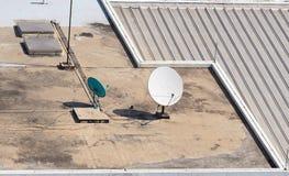 Vieille grande antenne parabolique de télécommunication Photos stock