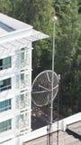 Vieille grande antenne parabolique de télécommunication Image libre de droits