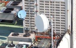 Vieille grande antenne parabolique de télécommunication Photo libre de droits