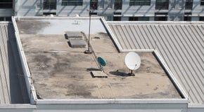 Vieille grande antenne parabolique de télécommunication Photographie stock