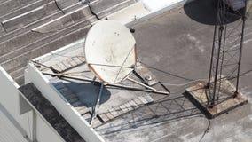 Vieille grande antenne parabolique de télécommunication Photos libres de droits