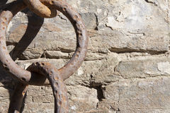 Vieille, grande chaîne rouillée de fer sur la roche Photographie stock libre de droits