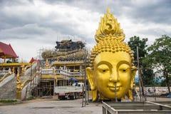 Vieille grande image extérieure de Bouddha d'or sous la rénovation Image libre de droits