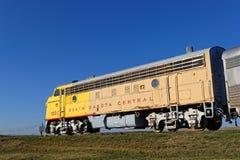 Vieille grande locomotive jaune image libre de droits