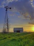 Vieille grange au coucher du soleil Photographie stock libre de droits
