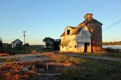 Vieille grange au lever de soleil Photographie stock